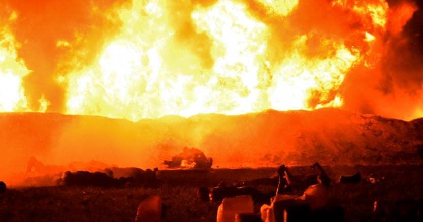 Le fiamme dopo l'esplosione dell'oleodotto nello stato di Hidalgo, in Messico (Afp)