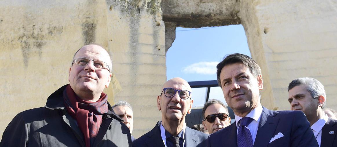 Il Commisario europeo alla Cultura Tibor Navracsics (a sinistra) accanto al premier Giuseppe Conte; al centro sullo sfondo, Salvatore Adduce, presidente della Fondazione Matera-Basilicata 2019 (Ansa)