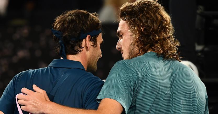 Da sinistra, Roger Federer e Stefanos Tsitsipas (Afp)