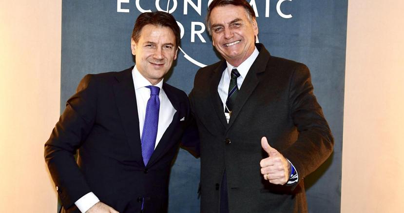 Da sinistra, Giuseppe Conte con il presidente del Brasile Jair Bolsonaro, con cui ha avuto un bilaterale a Davos (Ansa)