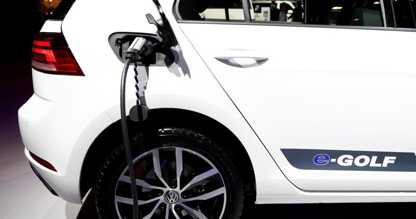 Una Golf elettrica in mostra al Salone dell'auto di Bruxelles (Reuters)