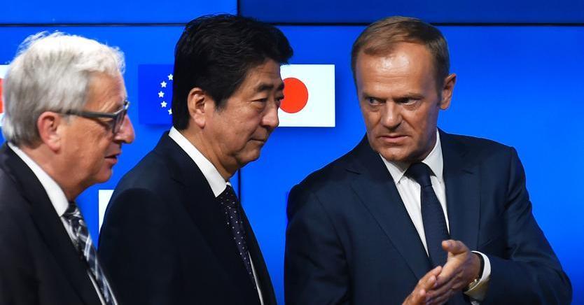 Da sinistra, Jean Claude Juncker, Shinzo Abe e Donald Tusk