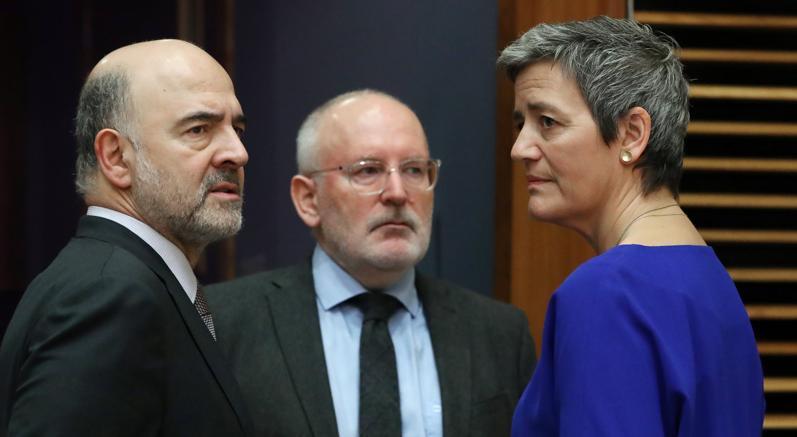 Il commissario agli Affari economici Moscovici con il vicepresidente della Commissione Ue Timmermans e la commissaria alla Concorrenza Margrethe Vestager (Reuters)