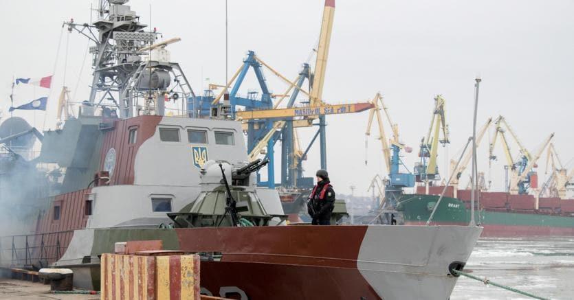 Un soldato di guardia a Mariupol, porto ucraino sul Mar d'Azov