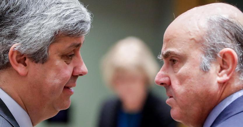 A sinistra, il presidente dell'Eurogruppo e ministro delle Finanze portoghese, Mario Centeno, con il vicepresidente della Bce Luis de Guindos (Epa)