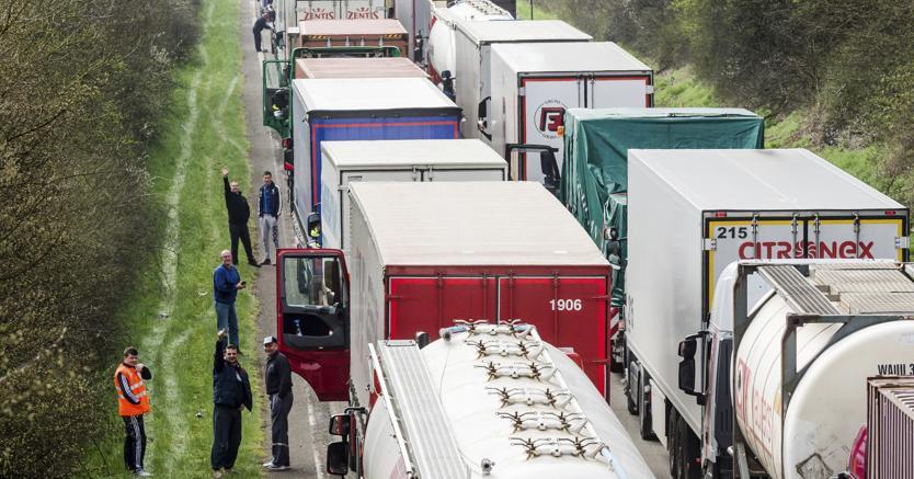 Camion in coda nell'autostrada tra Bruxelles e Lussemburgo (Ap)