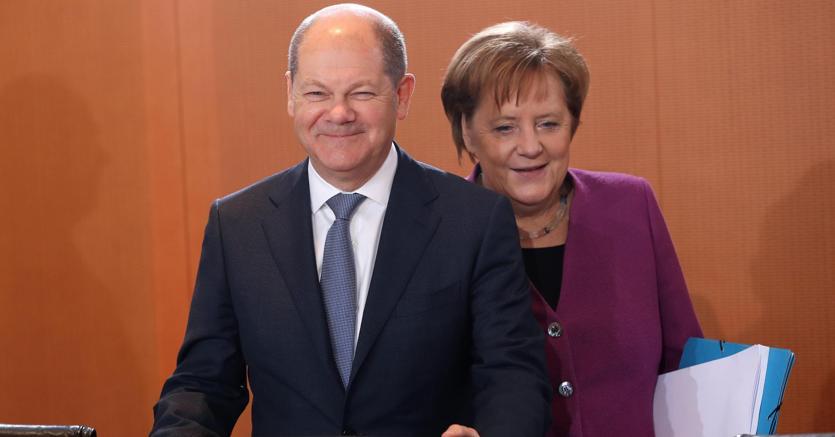 Il ministro delle Finanze Olaf Scholz con la premier Angela Merkel (Epa)