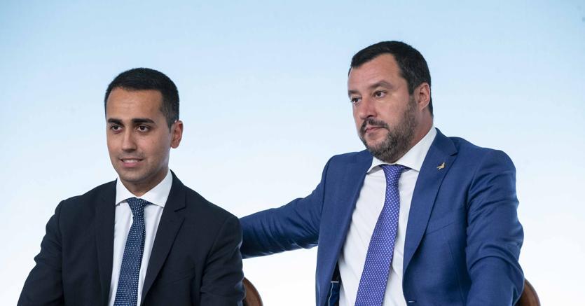 Sono tre i dossier in cui la maggioranza propone un coinvolgimento dello Stato: Alitalia, Bankitalia e crisi del latte/protesta dei pastori sardi (nella foto, da sinistra a destra, i vicepremier Luigi Di Maio e Matteo Salvini)
