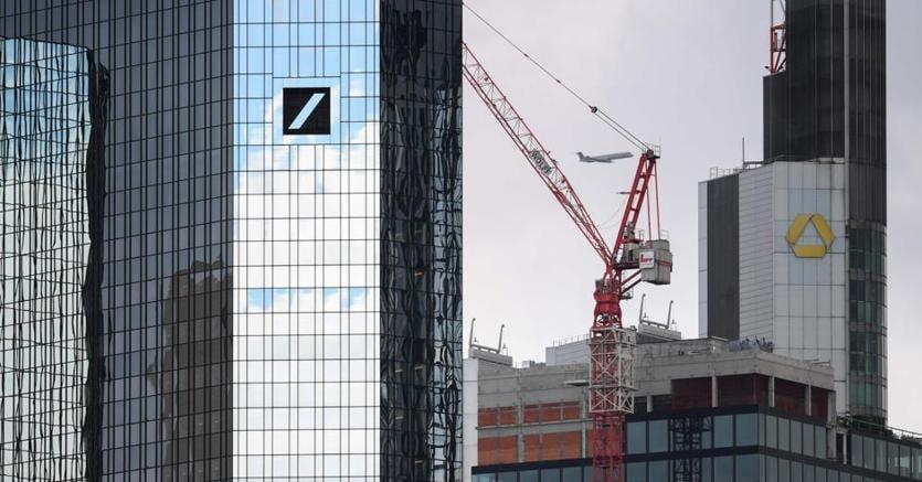 Le sedi di Deutsche Bank e Commerzbank a Francoforte: le prime due banche tedesche vicine alla fusione (Afp)