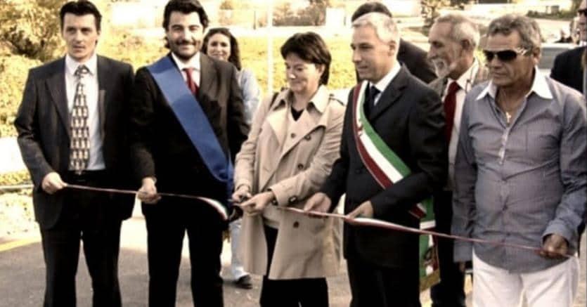 L'inaugurazione del casello di Capannori, sull'A11, nel luglio 2008. Il primo sulla destra è il costruttore, Mario Vuolo, padre di un pluripregiudicato affiliato alla camorra; il primo a sinistra è Gianni Marchi, impiegato di Aspi per il quale la Procura di Roma ha chiesto il rinvio a giudizio