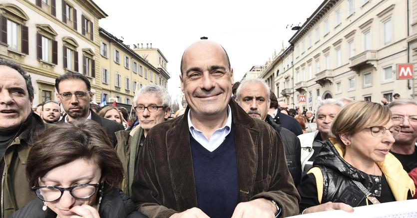 """Nicola Zingaretti durante la manifestazione """"People - prima le persone"""" a Milano (foto Ansa)"""