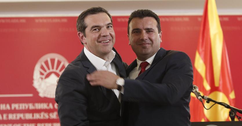 Alexis Tsipras ieri con il premier della Macedonia del Nord Zoran Zaev (Ap)