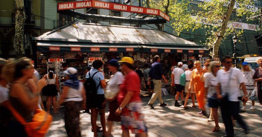 La rambla di Barcellona come sempre piena di turisti (Agf)
