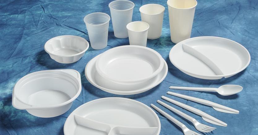 Plastica, al bando i piatti ma i bicchieri sono permessi. Scopri la lista dei divieti