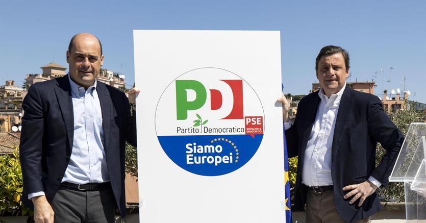 Il segretario del Pd Nicola Zingaretti (a sinistra) e l'ex ministro dello Sviluppo economico Carlo Calenda durante la presentazione del simbolo per le elezioni europee del Partito Democratico sulla terrazza del Nazareno (foto Ansa)