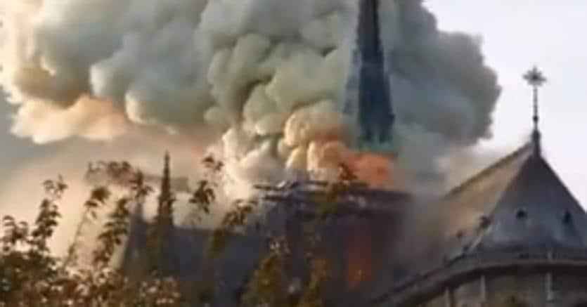 In fiamme la cattedrale di Notre Dame: turisti evacuati