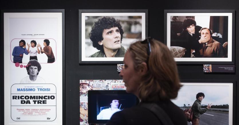 """La mostra """"Troisi poeta Massimo"""" presso il teatro dei Dioscuri a Roma: oltre 80 scatti privati e immagini d'archivio, locandine e carteggi inedite raccontano uno degli attori più amati (foto Ansa)"""
