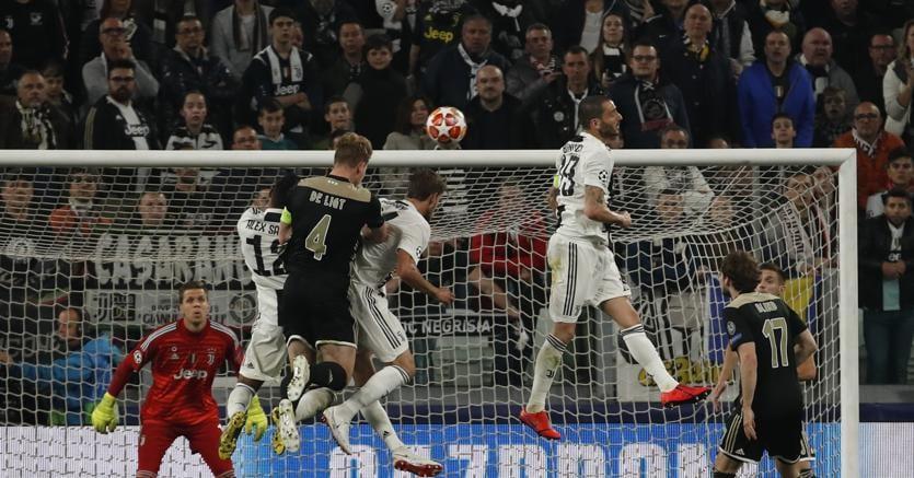 Il gol di Matthijs de Ligt, capitano dell'Ajax che di testa sigla il 1-2 ed elimina la Juventus