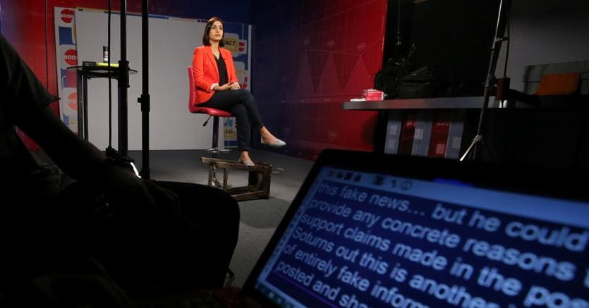 La giornalista indiana Radhika Bajaj durante «Break the Fake» lo show presentato da Boom, uno dei partner di Facebook per il fact-checking a Mumbai