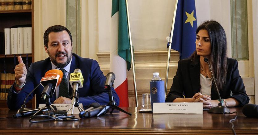 Casa a famiglia rom a Roma, Raggi contestata a Casal Bruciato:
