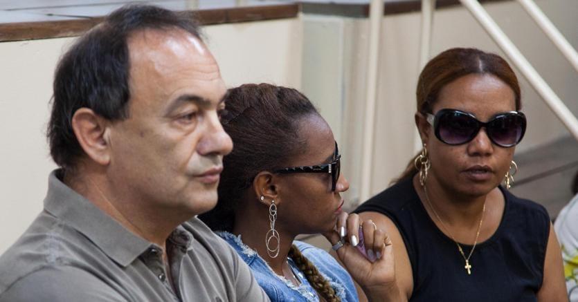 L'ex sindaco di Riace Domenico Lucano in aula all'inizio dell'udienza del processo che lo vede imputato, insieme ad altre 26 persone, per reati legati alla gestione del sistema di accoglienza dei migranti ( ANSA)