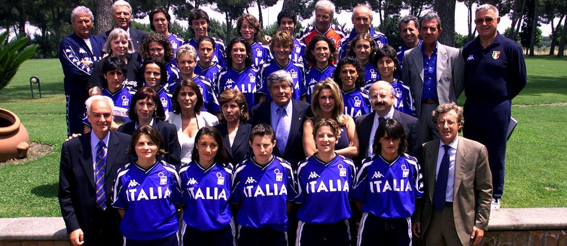 Il gruppo della Nazionale femminile in partenza per i Mondiali americani, nel 1999 (Ansa)