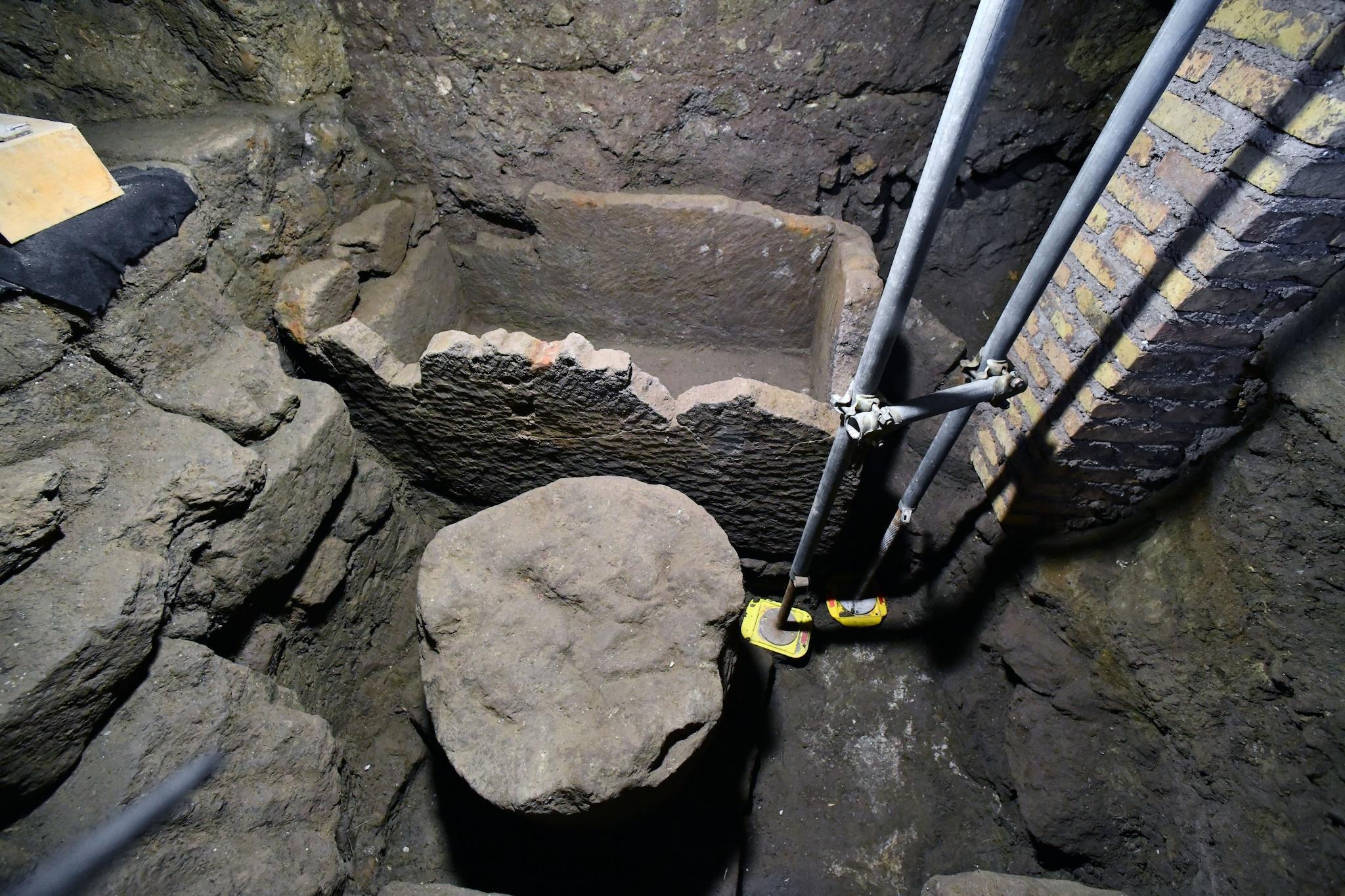 Sotto la scalinata c'è un sarcofago È la tomba di Romolo? Forse