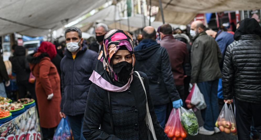 Una donna al mercato di Istanbul. Si teme che Ankara minimizzi il bilancio dell'epidemia di coronavirus