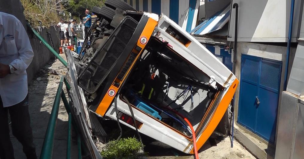 Capri, minibus precipita in una scarpata, un morto e feriti gravi...