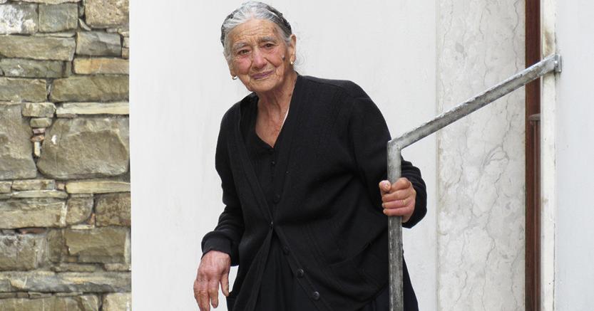 Anziana signora ad Alessandria del Carretto, nel Pollino (ph Franco Scarpino)