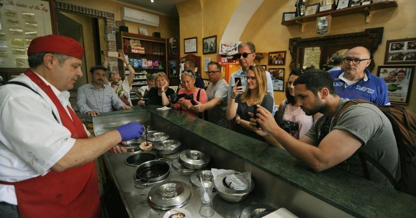 Preparazione del tartufo davanti a turisti tedeschi