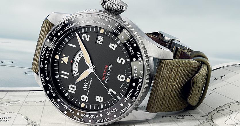 """Il Pilot's Watch Timezoner Spitfire Edition """"The Longest Flight"""", in acciaio con movimento automatico, è un'edizione limitata di  250 pezzi. Rotando la lunetta si sceglie il fuso orario e  si regolano la lancetta delle ore, la data e l'indicazione delle 24 ore. (prezzo: 14.200 euro)."""