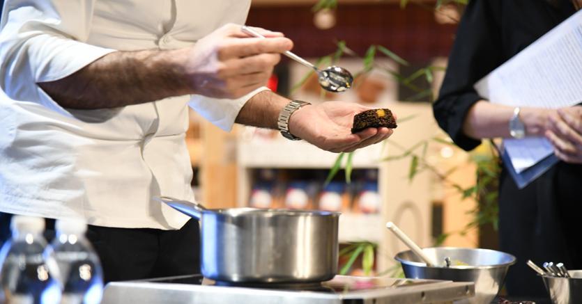 """Controtendenza. In Italia, mentre diminuisce la spesa alimentare al dettaglio, aumentano invece i consumi nei ristoranti e nei bar per i pasti """"fuori casa"""""""
