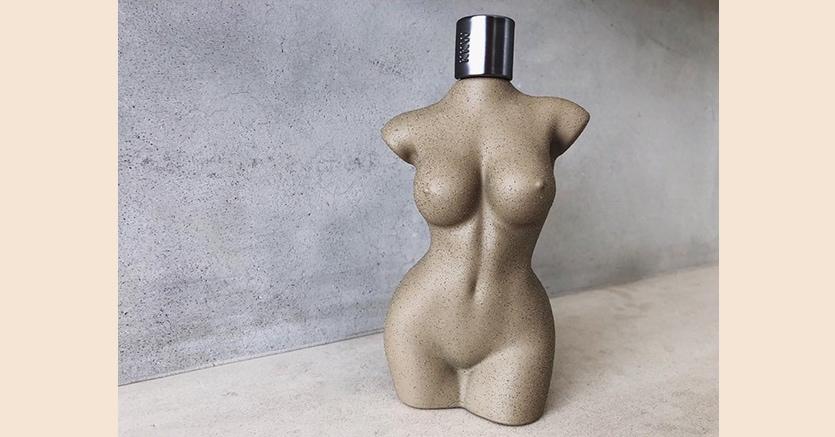 """Kim Kardashian trasforma il suo corpo in una boccetta di profumo,  """"copiando"""" Gaultier e Schiaparelli - Il Sole 24 ORE"""