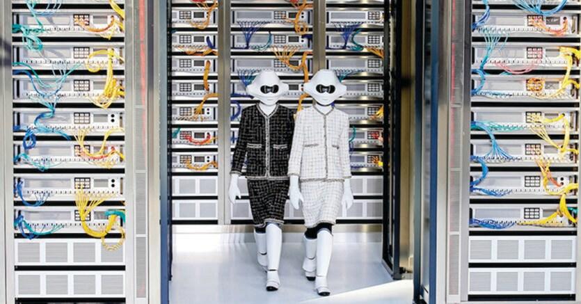 Due modelle con indosso maschere, guanti e parastinchi simili a quelli degli stormtrooper di Star Wars durante la sfilata della collezione prêt-à-porter primavera-estate 2017 di Chanel, il 4 ottobre 2016 a Parigi (AP Photo/Francois Mori)