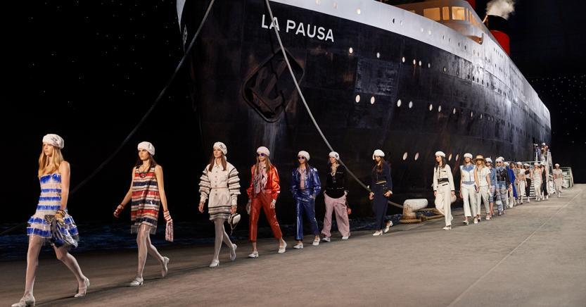 La nave da crociera ricostruita all'interno del Grand Palais come sfondo per la sfilata Cruise di maggio