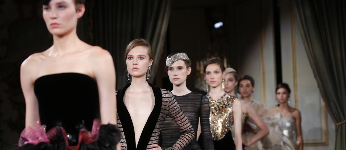 42d638804f Linee pure e femminilità più frivola: è l'alta moda di Giorgio Armani Privé