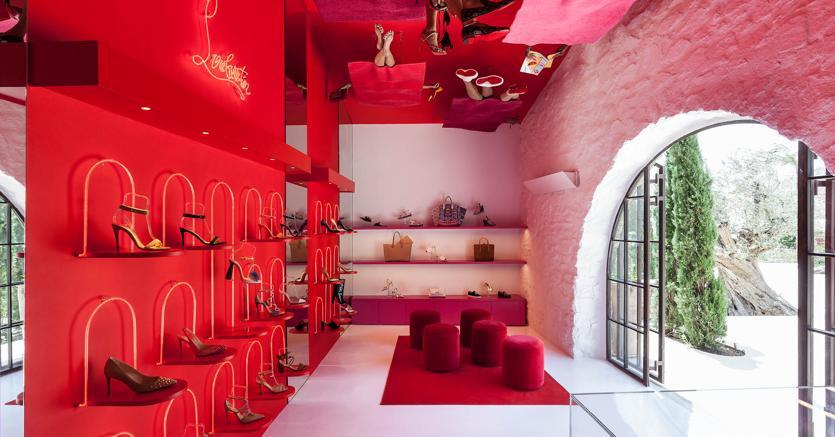 """L'interno del pop-up store """"Loubu-Beach"""" che Christian Louboutin ha inaugurato a maggio nel nuovo villaggio dello shopping di Nammos, nell'isola greca di Mykonos, una delle destinazioni estive preferite dai brand"""