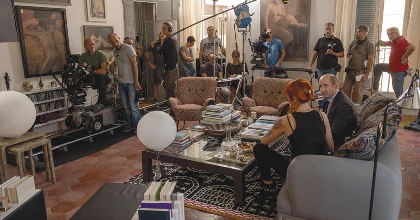 """Sul set di """"Come un gatto in tangenziale"""": un raffinato appartamento  romano descrive il vissuto borghese del protagonista interpretato da Antonio Albanese"""