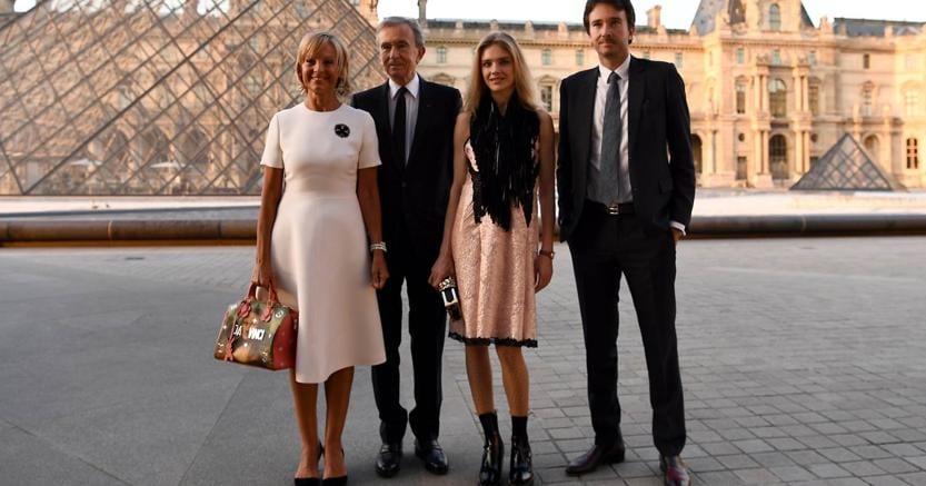 """Bernard Arnault con la moglie, il figlio Antoine e la compagna Natalia Vodianova di fronte alla """"piramide"""" del Louvre, a Parigi"""