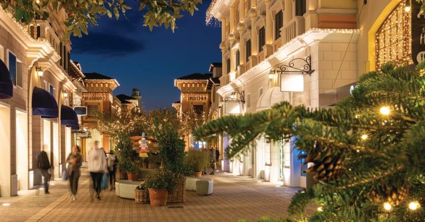 """Turisti extra Ue. Allestimento natalizio della """"strada"""" principale di Fidenza Village: nei primi nove mesi del 2018 gli acquisti """"tax free"""" (fatti da clienti non europei) sono cresciuti del 13%"""