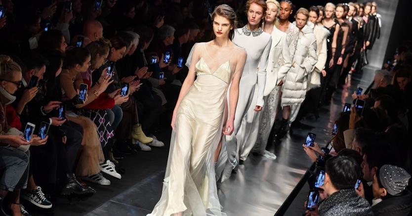 23938709ee6c L'addio di Fendi a Lagerfeld, l'imperioso buon gusto di Armani, il  romanticismo realista di Prada: Milano conquistata dalla emozioni