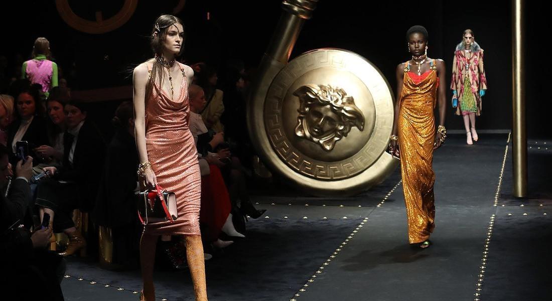 La sfilata Versace AI 2019-20