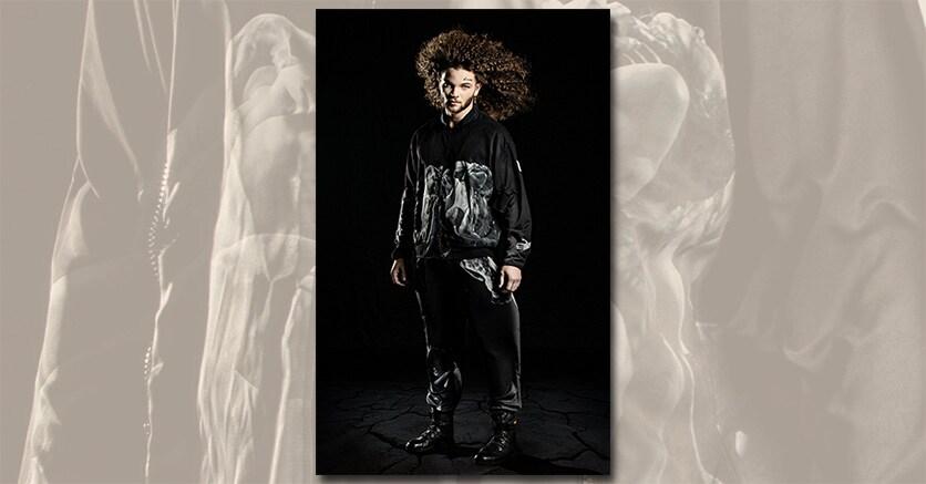 Bianco e nero. Un capo della collezione con la stampa di una coreografia di Tommassini