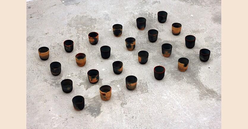 «Dubar from the series Azal» 2017 di Ayman Zedani, ceramica, pigmento liquido. Installazione interattiva a tempo