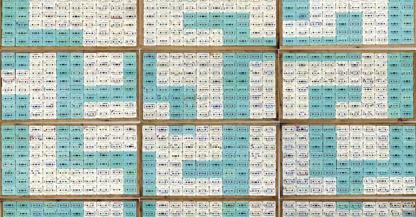 """Lotto numero 30 Maha Malluh """"Food For Thought, Assabeel (dalla serie Food for Thought 9000), installazione di cassette audio di sermoni religiosi racchiusi in vassoi per la cottura del pane, battuto per 32.500 sterline rispetto a una stima compresa tra 28 mila e 32 mila sterline."""