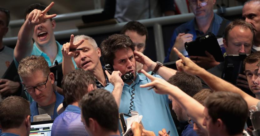 Operatori al lavoro al Cboe di Chicago, il più grande mercato mondiale di futures e derivati  (Afp)