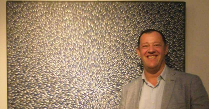 Stéphane Jacob-Langevin accanto a un quadro di Loy Kemarre