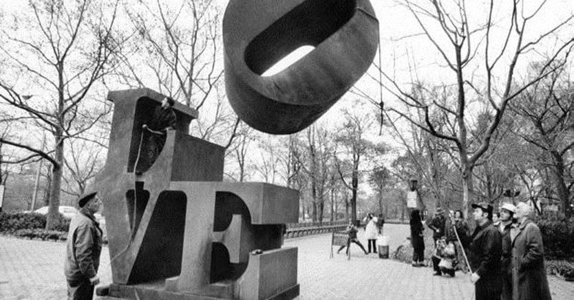 Inverno 1971, la scultura di Robert Indiana viene posizionata tra la Fifith Avenue e la sessantesima strada