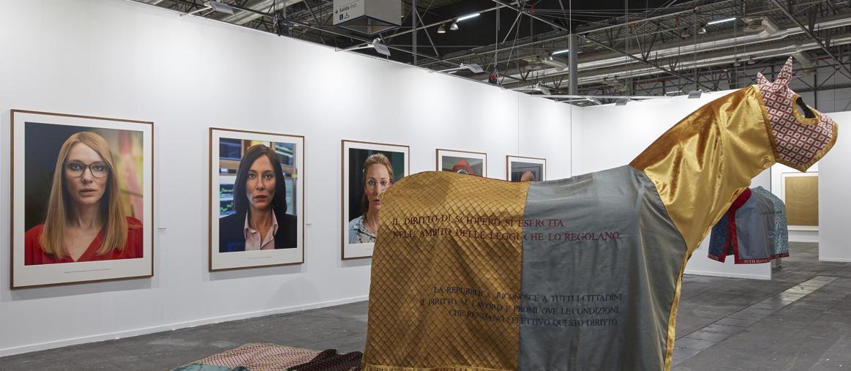 Julian Rosenfeldt allo stand della galleria Helga de Alvear, Courtesy Helga de Alvear